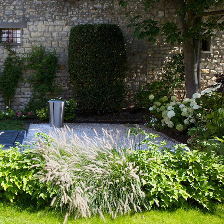 UN JARDIN CONTEMPORAIN: Jardin de style  par  GARDEN TROTTER