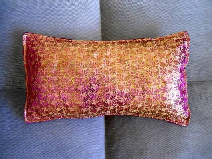 Kissenhülle Seidenbrokat Samt, Marsala Pink Gold, Indien Gold:  Wohnzimmer von KunstKaufRauschArtig