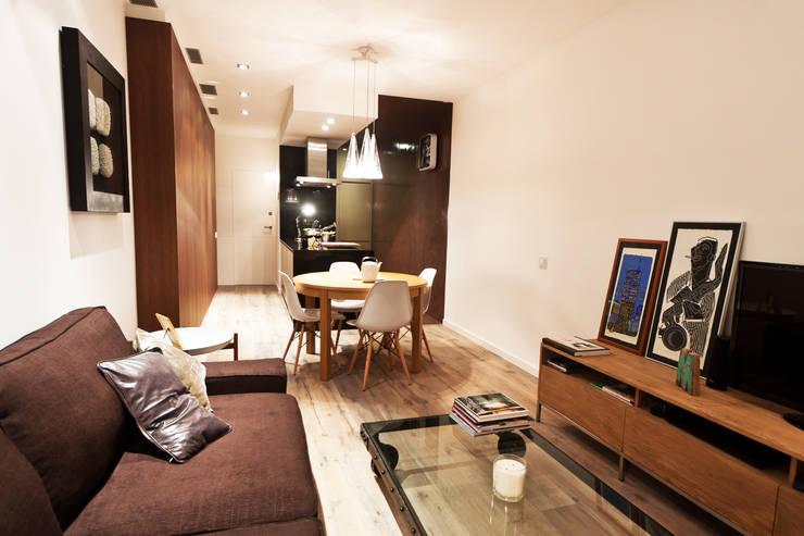 Apartamento turístico RBLA. CATALUNYA  -  Una espacio para disfrutar: Salones de estilo moderno de Miriam Barrio