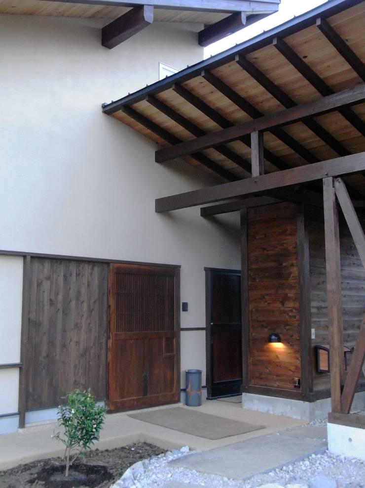 小淵沢の舎-古材の大戸を入れた玄関: 有限会社中村建築事務所が手掛けた家です。