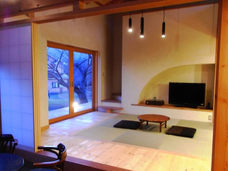 小淵沢の舎-和室: 有限会社中村建築事務所が手掛けた和室です。