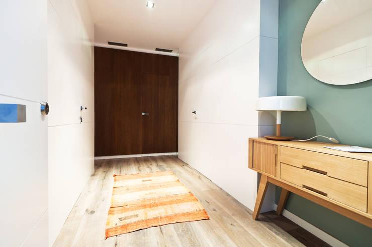 Apartamento turístico RBLA. CATALUNYA  -  Una espacio para disfrutar: Pasillos y vestíbulos de estilo  de Miriam Barrio