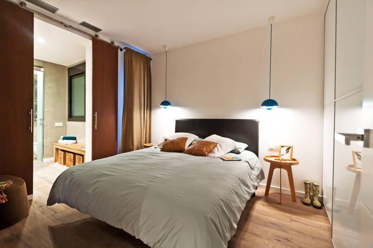 Apartamento turístico RBLA. CATALUNYA  -  Una espacio para disfrutar: Dormitorios de estilo moderno de Miriam Barrio
