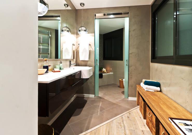 Apartamento turístico RBLA. CATALUNYA  -  Una espacio para disfrutar: Baños de estilo moderno de Miriam Barrio