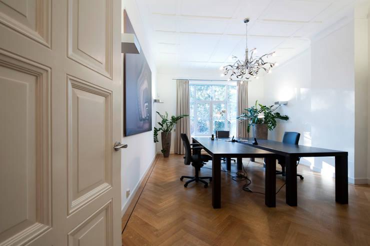 Supervisie verbouwing en interieur-voorstel bedrijfspand:  Kantoorgebouwen door Mood Interieur