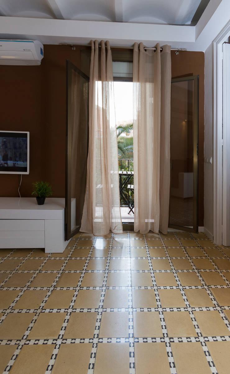 Apartamento turistico en Barcelona.: Salones de estilo  de Agami Design