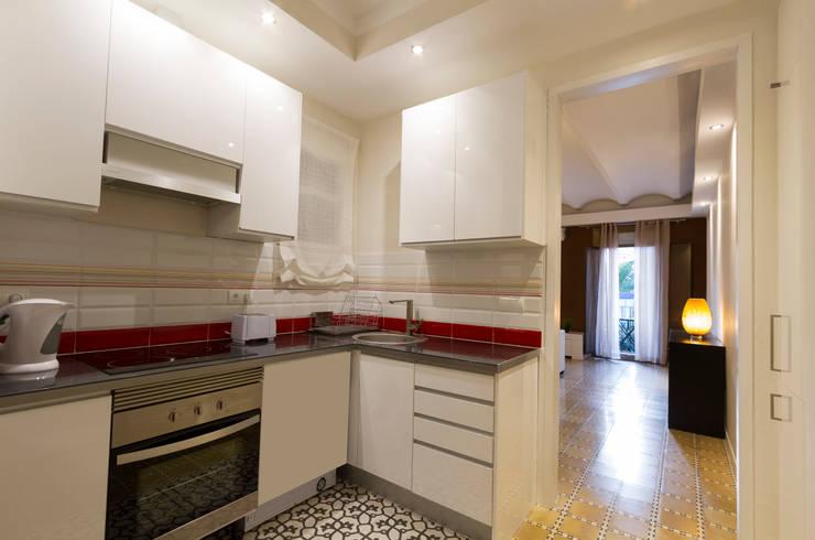 Apartamento turistico en Barcelona.: Cocinas de estilo  de Agami Design