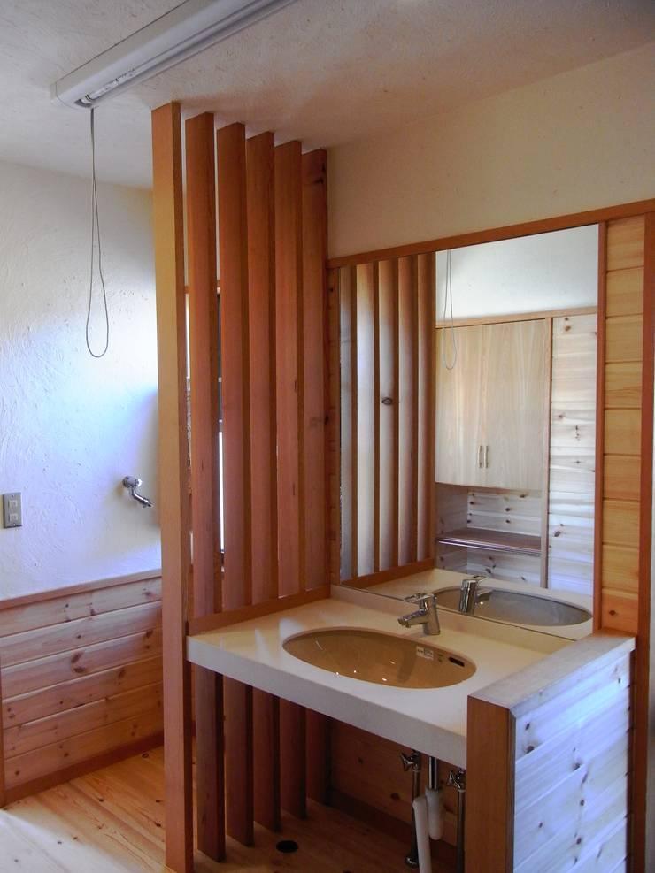 小淵沢の舎-洗面所: 有限会社中村建築事務所が手掛けた浴室です。