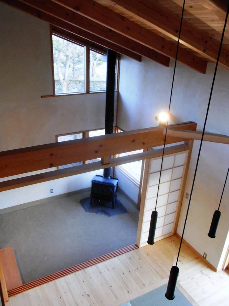 小淵沢の舎-薪ストーブのある土間: 有限会社中村建築事務所が手掛けた和室です。