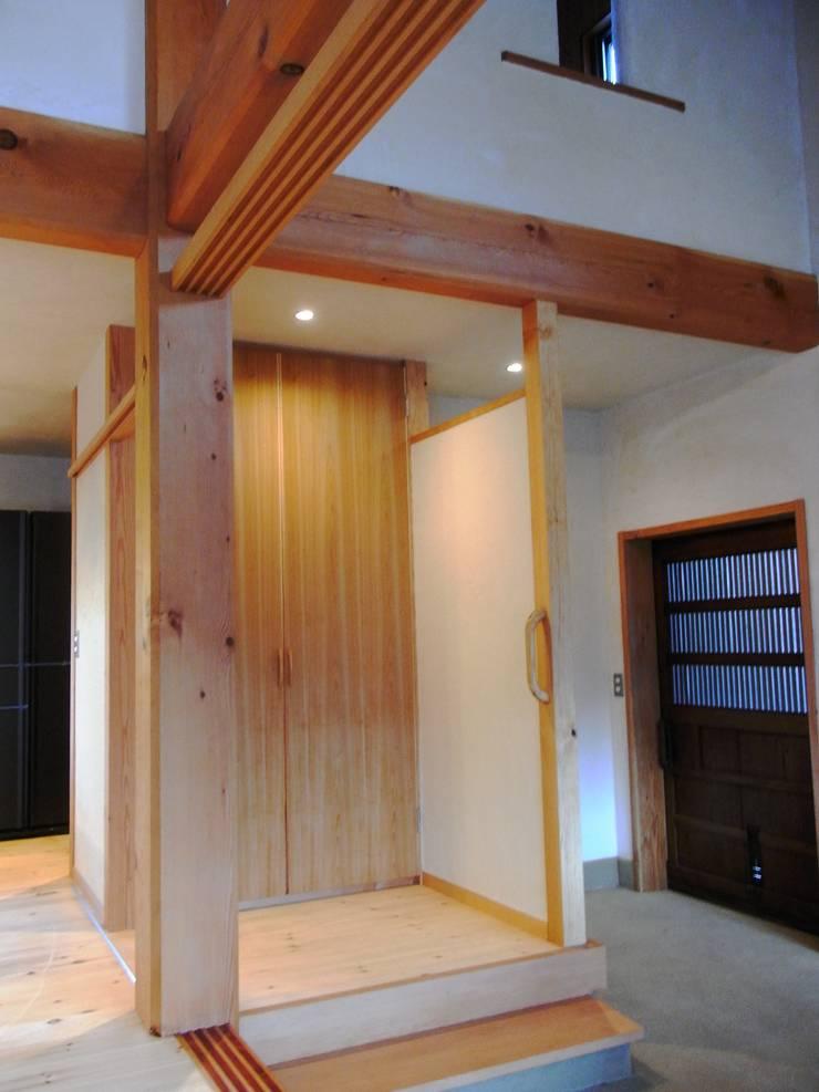 小淵沢の舎-玄関部の土間: 有限会社中村建築事務所が手掛けた壁です。