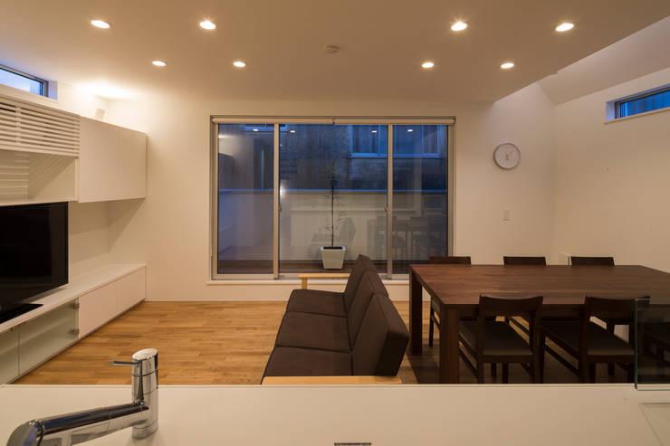 照明によるゾーニング: 株式会社 建築集団フリー 上村健太郎が手掛けたダイニングです。,モダン