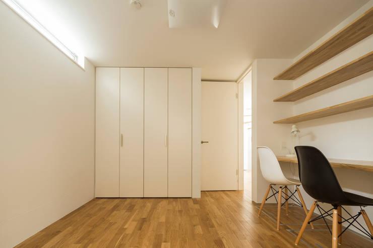 子供部屋(2人): 株式会社 建築集団フリー 上村健太郎が手掛けた子供部屋です。,モダン