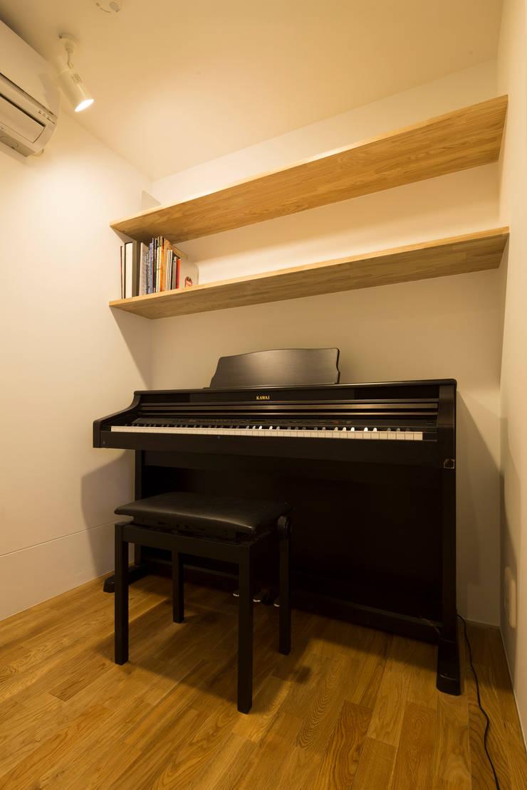 1.8帖のピアノルーム: 株式会社 建築集団フリー 上村健太郎が手掛けた和室です。,モダン