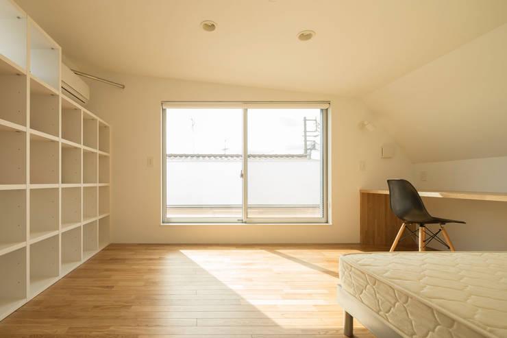 壁面収納: 株式会社 建築集団フリー 上村健太郎が手掛けた寝室です。,モダン
