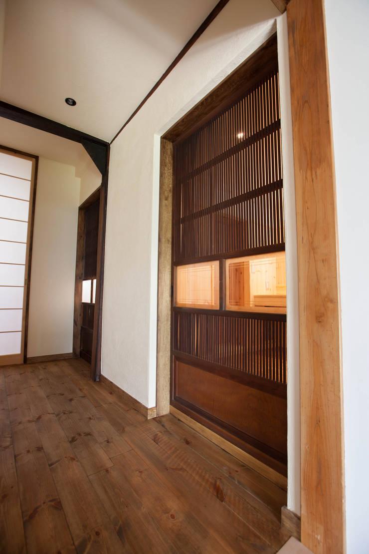 山梨の舎Ⅱ(民家再生)‐古材の扉: 有限会社中村建築事務所が手掛けた窓です。,和風