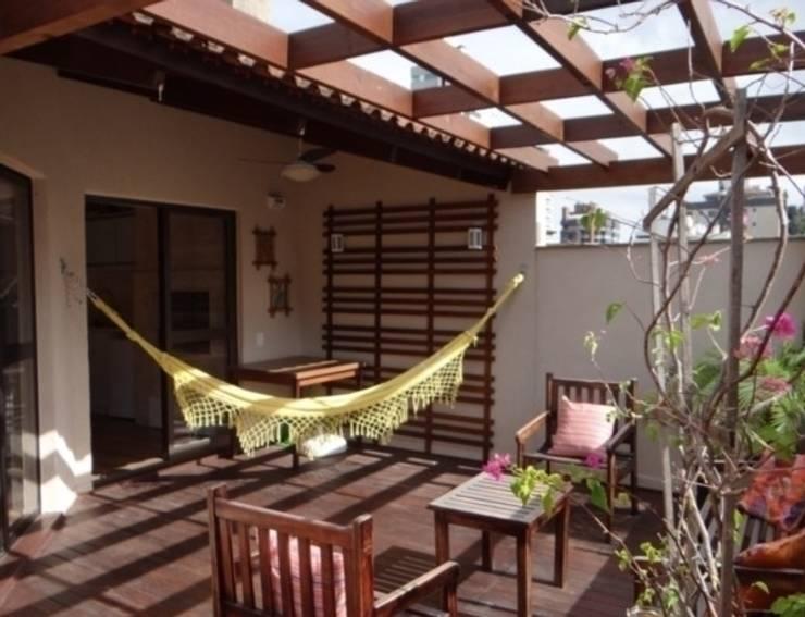 Área externa: Terraços  por Quadrilha Design Arquitetura