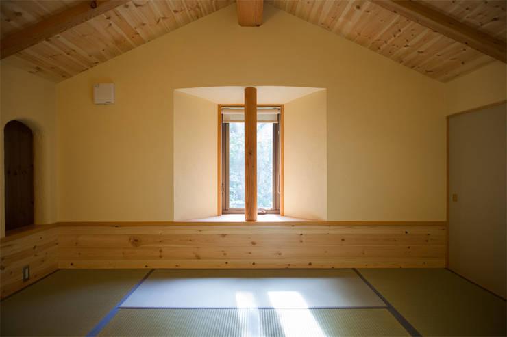貸別荘さくら庵‐2階和室: 有限会社中村建築事務所が手掛けた和室です。