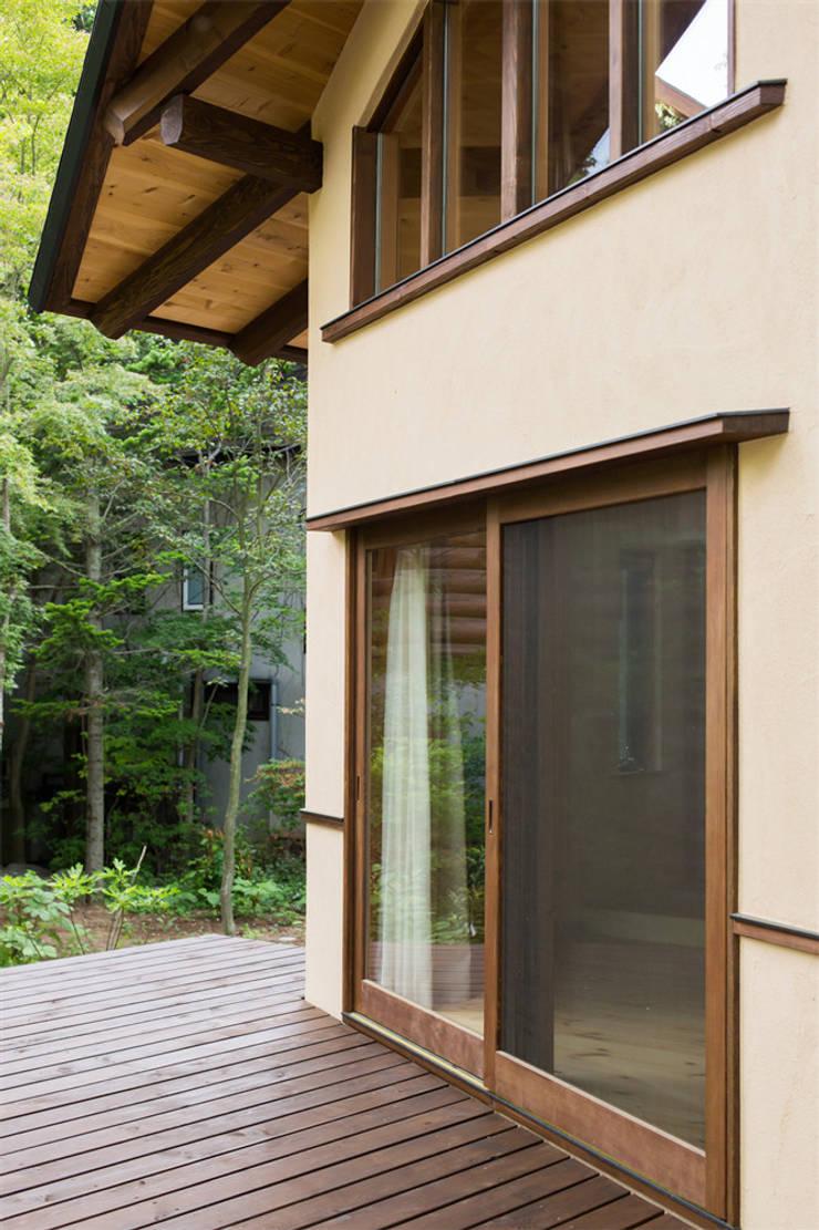 貸別荘さくら庵‐ウッドデッキ: 有限会社中村建築事務所が手掛けた家です。