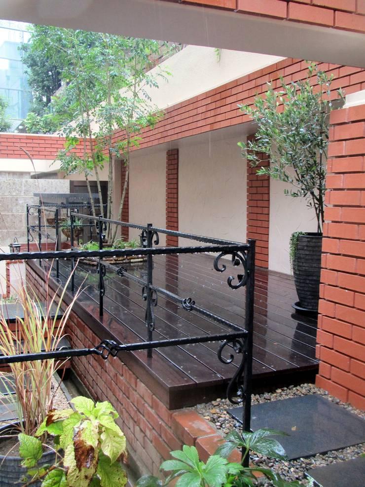 階層の庭: 空間工房 欅が手掛けた庭です。