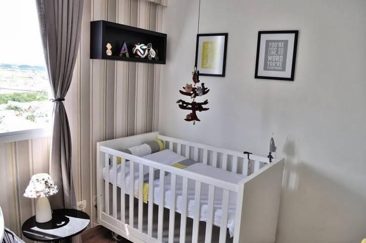 Vista do berço e papel de parede: Quarto infantil  por Andresa Jessita