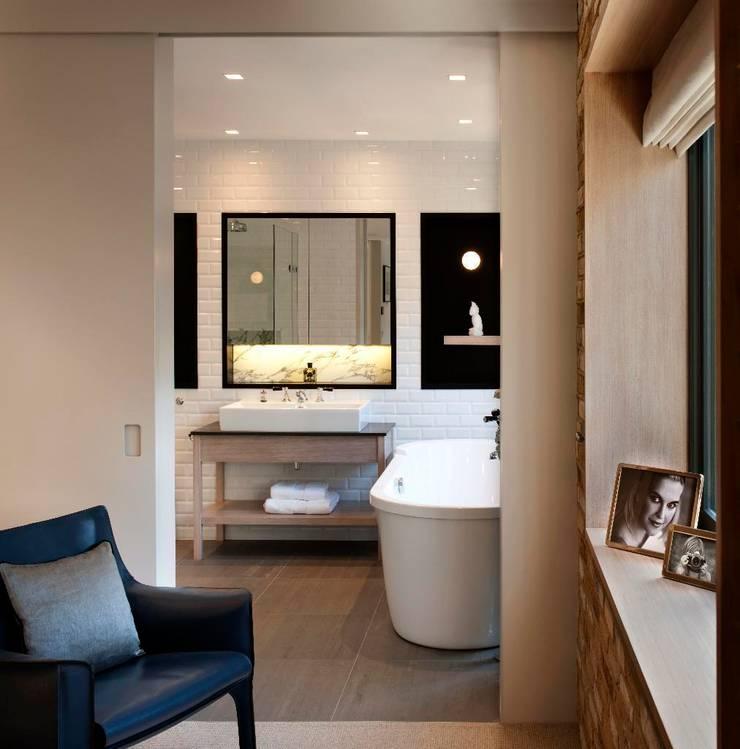 Master Bathroom:  Bathroom by TG Studio
