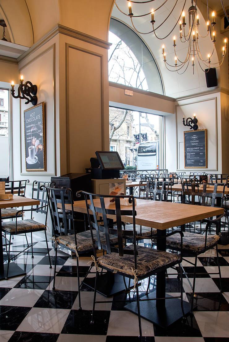 Hall: Locales gastronómicos de estilo  de Carlos Martinez Interiors