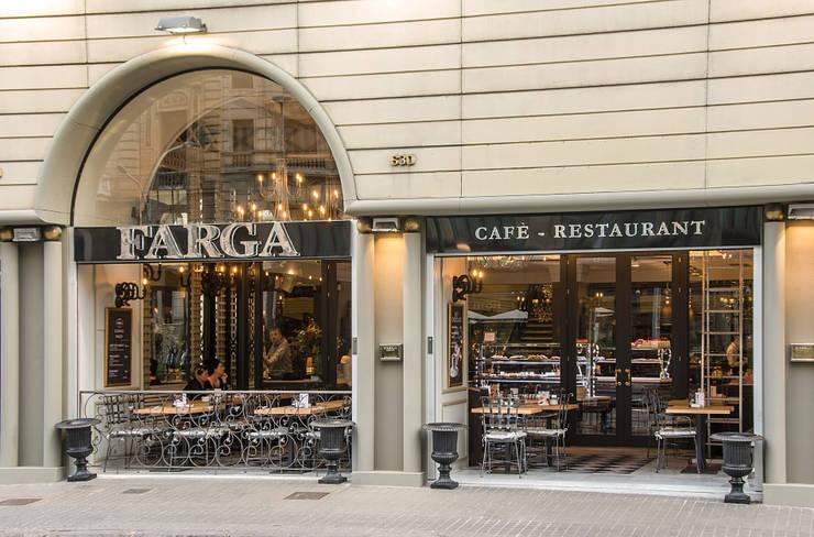 Fachada: Locales gastronómicos de estilo  de Carlos Martinez Interiors