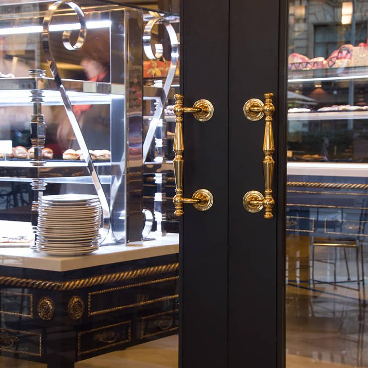 Detalle  de puerta de acceso : Locales gastronómicos de estilo  de Carlos Martinez Interiors