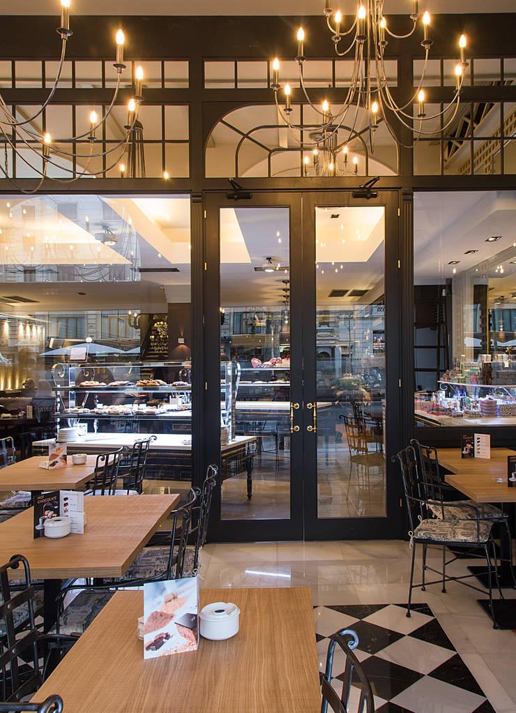 Acceso: Locales gastronómicos de estilo  de Carlos Martinez Interiors
