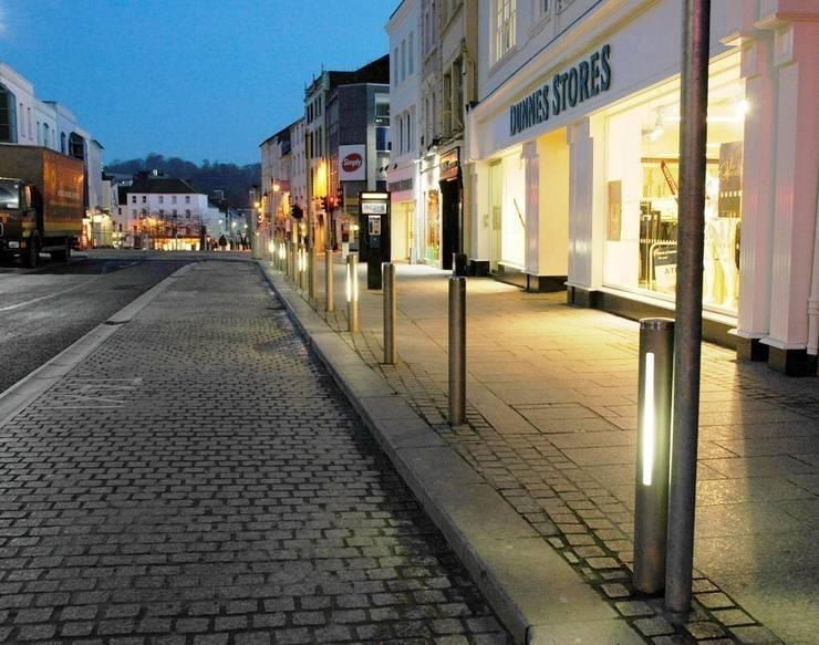 Iluminação de Jardins: Centros comerciais  por Volani - Lighting Designs, Lda