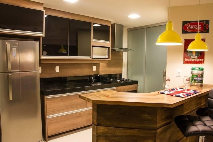 Cozinha com portas em vidro preto:   por D`Vita - Marcenaria de Luxo,Moderno