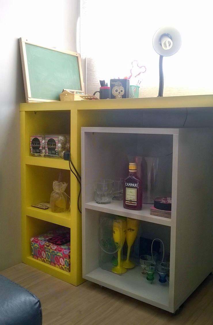 Bancada de estudos com sala de estar integrada: Salas de estar modernas por D`Vita - Marcenaria de Luxo