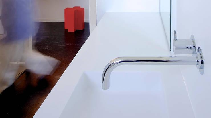 Compact maatwerk in Emmeloord:  Badkamer door Studio Doccia