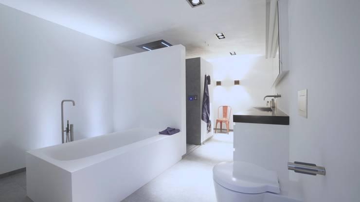 Groots douchen - Sneek:  Badkamer door Studio Doccia