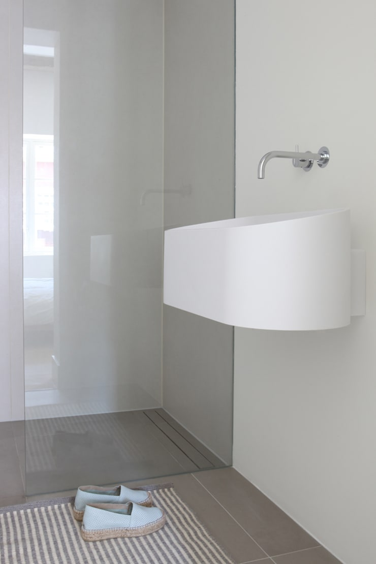 Kleine badkamer ensuite – Amsterdam:  Badkamer door Studio Doccia