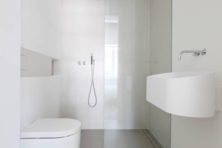 Kleine badkamer ensuite - Amsterdam: minimalistische Badkamer door Studio Doccia