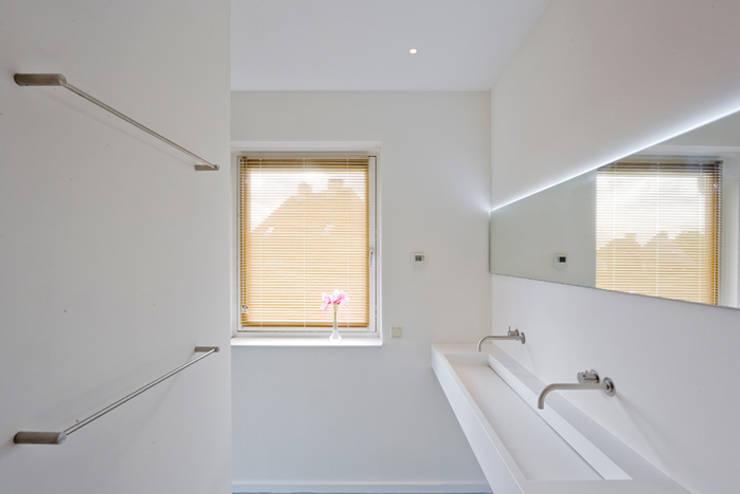 Dubbele inloopdouche - Groningen: minimalistische Badkamer door Studio Doccia