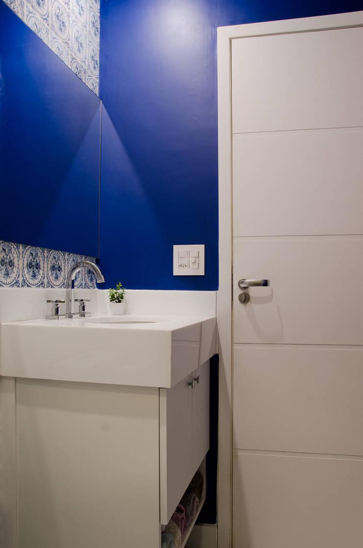 Suíte: Banheiros  por Paula Werneck Arquitetura
