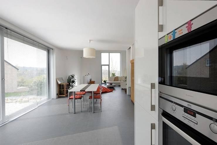 Maison ND: Salle à manger de style de style Moderne par Atelier d'Architecture Geoffrey Noël