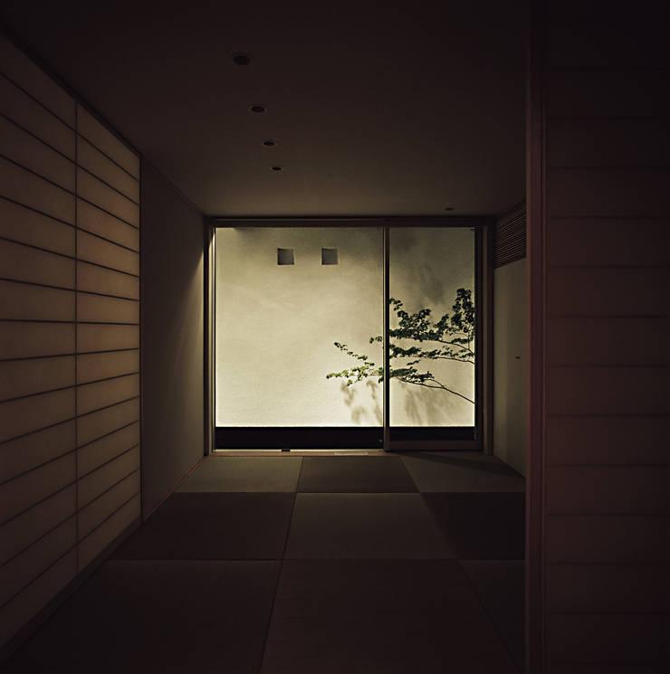 Media room by 和泉屋勘兵衛建築デザイン室, Asian