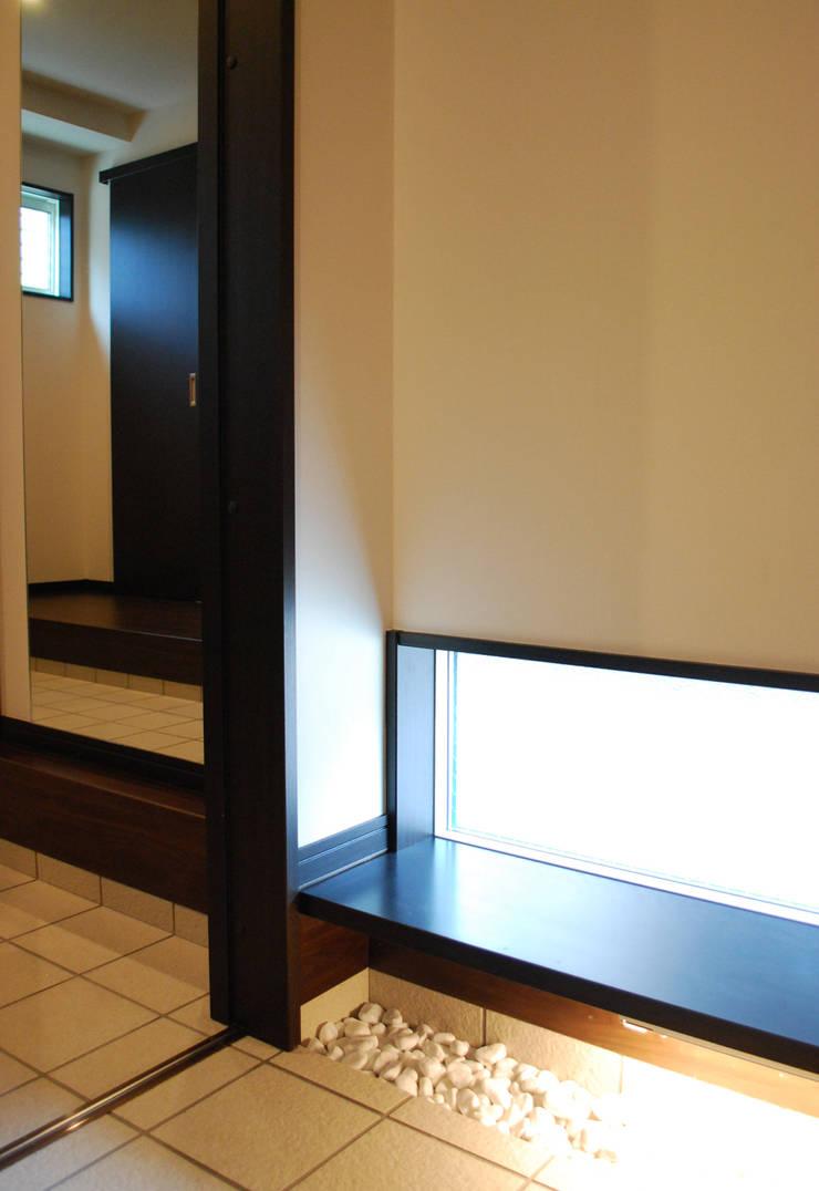 学園西町の家: 奥村召司+空間設計社が手掛けた廊下 & 玄関です。,モダン