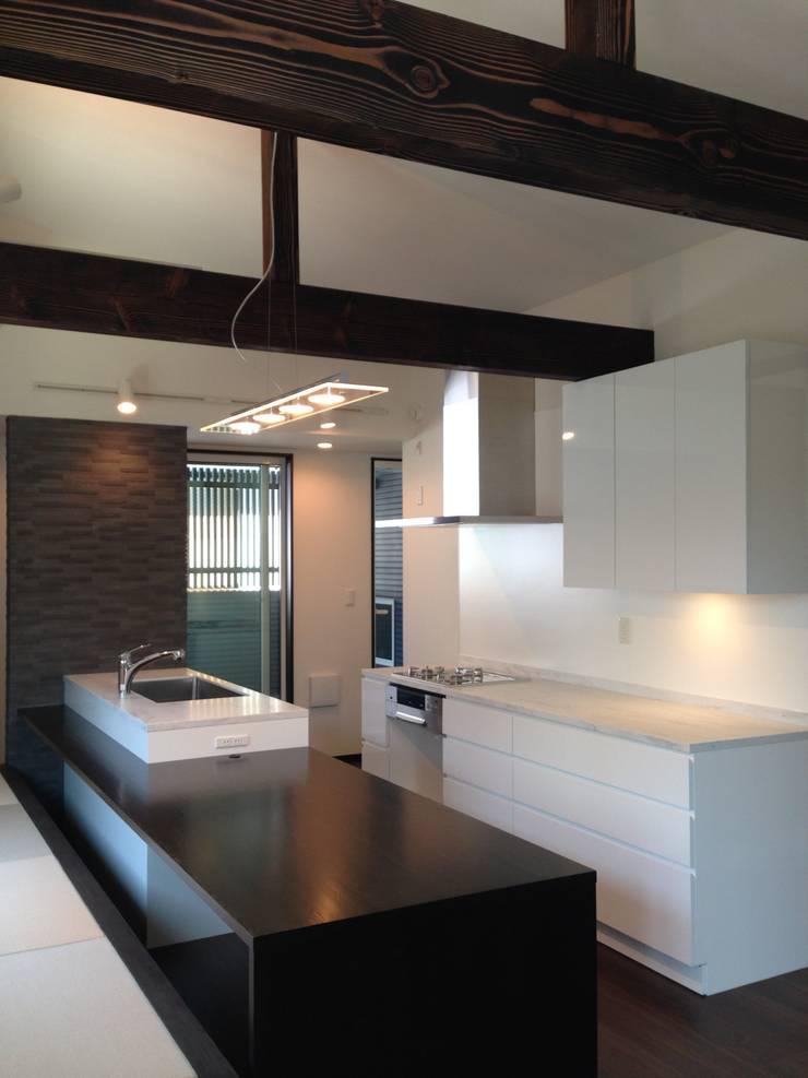 学園西町の家: 奥村召司+空間設計社が手掛けたキッチンです。,モダン