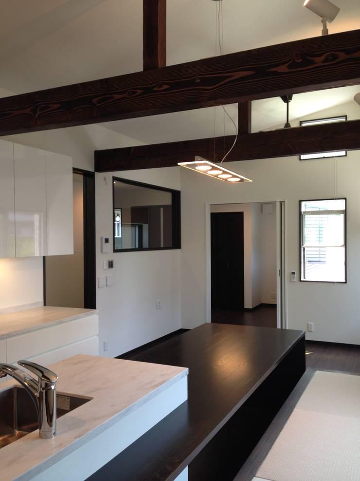 学園西町の家: 奥村召司+空間設計社が手掛けたダイニングです。,モダン