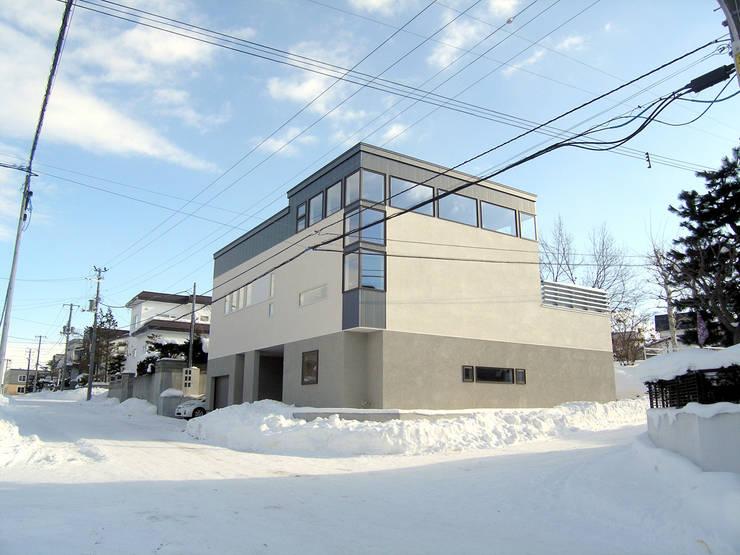 角地にたつ住宅: アウラ建築設計事務所が手掛けた家です。