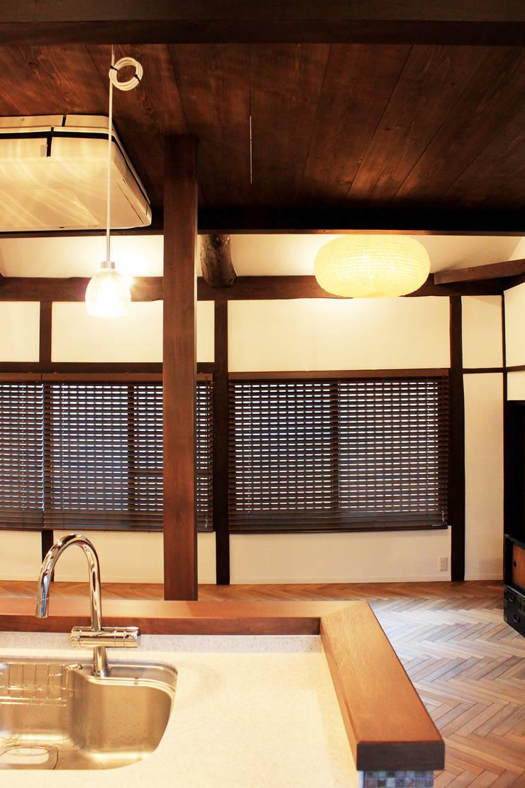 照明とブラインド: あお建築設計が手掛けた現代のです。,モダン