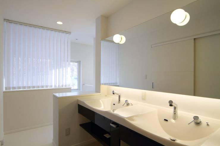 角地にたつ住宅: アウラ建築設計事務所が手掛けた浴室です。