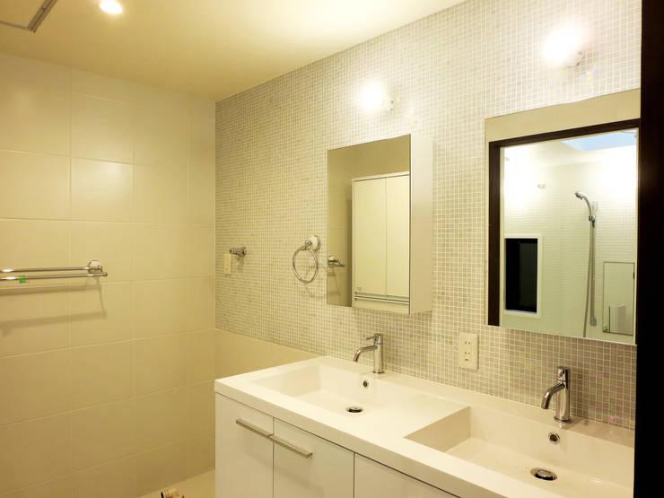 洗面と浴室は白で統一: あお建築設計が手掛けた現代のです。,モダン