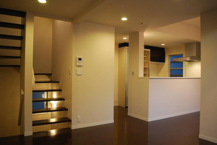 下北沢の家: 奥村召司+空間設計社が手掛けた廊下 & 玄関です。