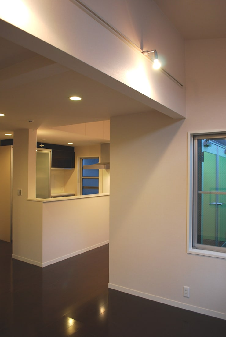 下北沢の家: 奥村召司+空間設計社が手掛けたリビングです。