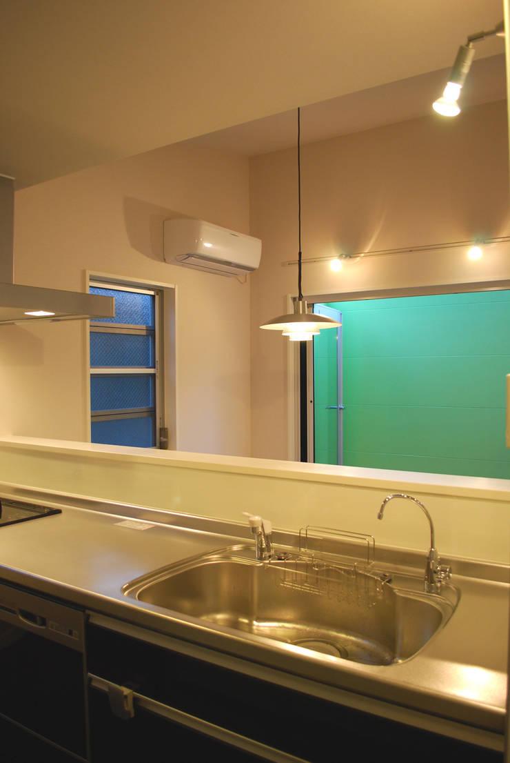 下北沢の家: 奥村召司+空間設計社が手掛けたキッチンです。
